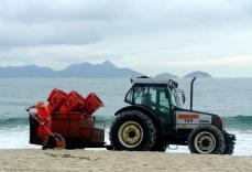 Traktor dan petugas bagian bersih bersih