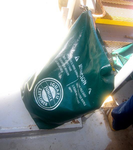Kantung kedap air untuk menyimpan barang bawaan