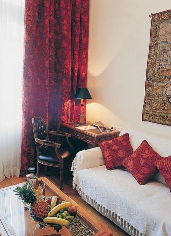 Sofa didalam ruang tidur-foto doc hotelnya